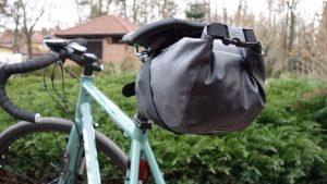 mała torba podsiodłowa bikepacking
